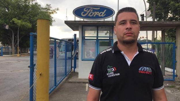 Gustavo Alves, de 30 anos, começou a trabalhar na Ford em 2014, indicado por seu pai, que se aposentou pela empresa (Foto: BBC)