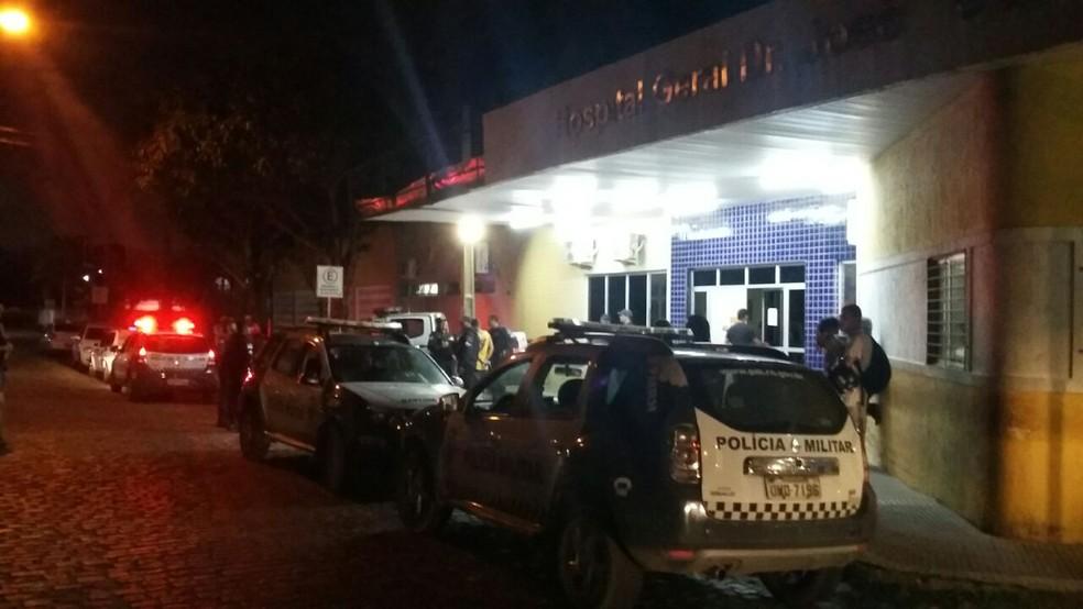 Soldado Marcos Garcia Marinho foi socorrido ao hospital após sofrer quatro tiros, nesta sexta (10), mas não resistiu (Foto: Sérgio Henrique Santos/Inter TV Cabugi)