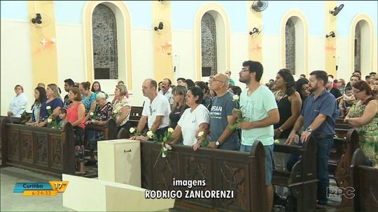 Familiares e amigos da youtuber morta com tiro na cabeça no litoral do Paraná se reúnem para missa de sétimo dia