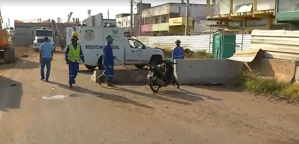Motocicleta bateu em mureta de obras no gancho de Igapó, em Natal — Foto: Reprodução/Inter TV Cabugi