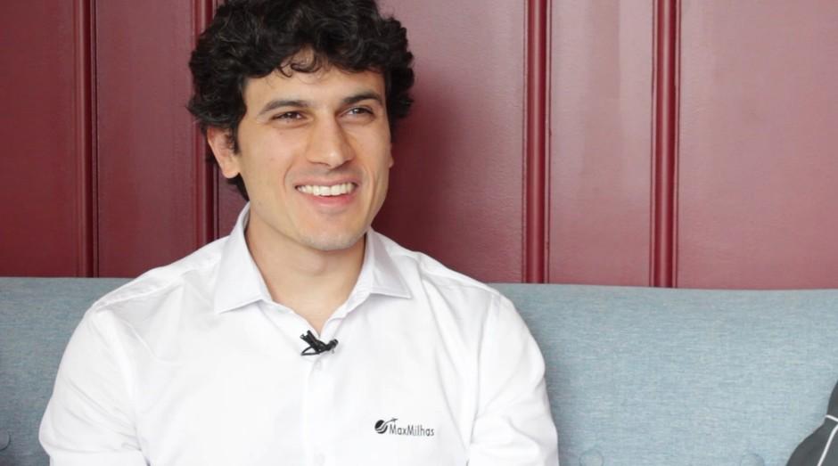 Max Oliveira, fundador da MaxMilhas, está na PEGN de novembro. Busque a sua edição nas bancas ou online! (Foto: Reprodução)