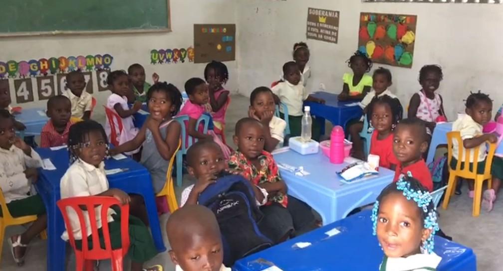 Crianças do projeto African Kids participam de atividade antes da passagem do ciclone Idai, em Moçambique — Foto: Silvia Andrade/ Arquivo Pessoal