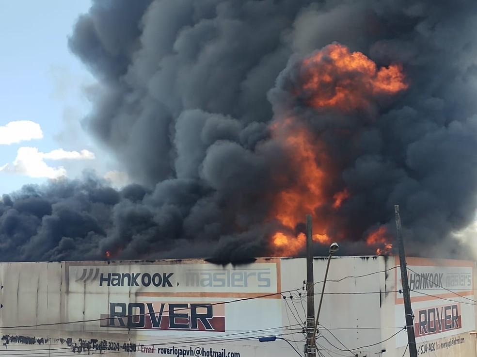 Incêndio em loja de pneus em Porto Velho — Foto: Ruan Gabriel/Rede Amazônica