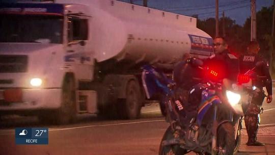 Exército e polícias ajudam a liberar saída de caminhões com combustível no Porto de Suape
