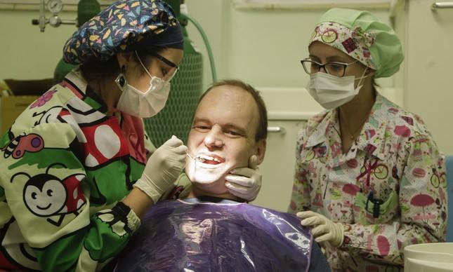 Eduardo em atendimento na Associação Brasileira de Odontologia