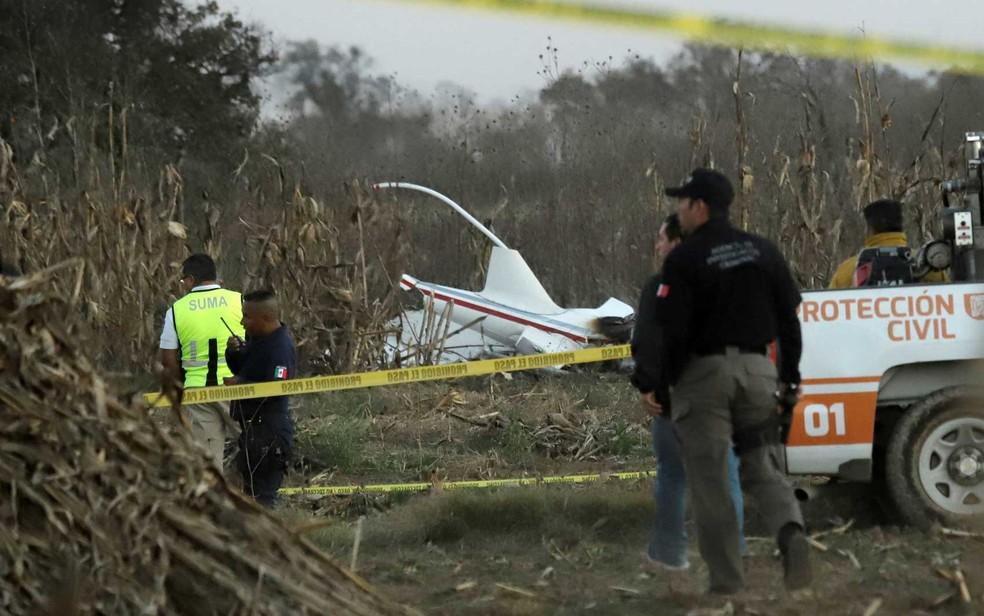 Policiais e equipes de emergência no local onde ocorreu o acidente com o helicóptero que transportava a governadora de Puebla — Foto: Imelda Medina / Reuters