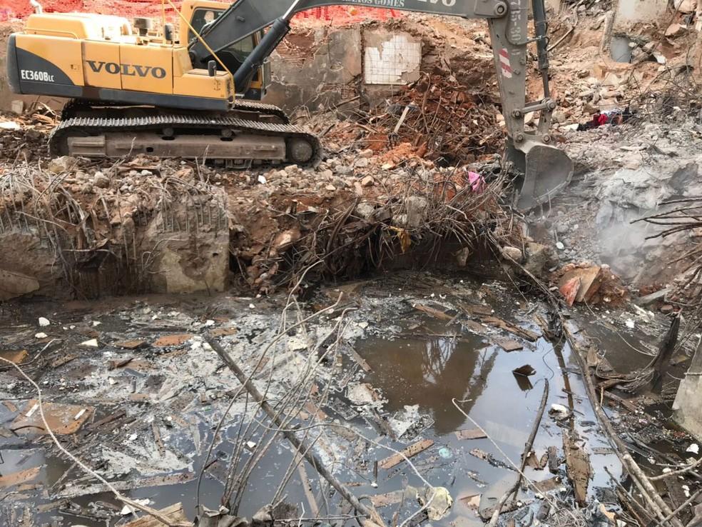 Água é encontrada no subsolo do prédio que desabou durante a retirada dos escombros (Foto: Divulgação/Corpo de Bombeiros)