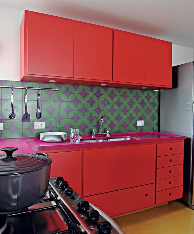 Cozinha   A arquiteta Adriana Yazbek ousou ao criar o ambente supercolorido, com bancada cor-de-rosa de Silestone® (Foto: Marcelo Magnani/Editora Globo)