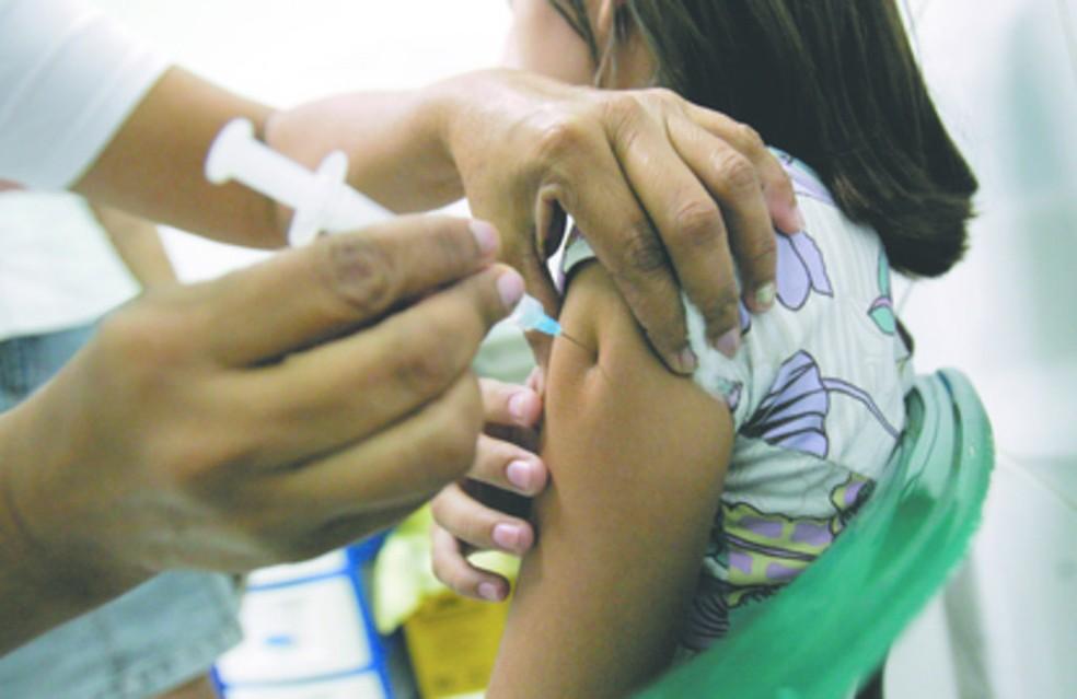 Por conta do surto de sarampo em pelo menos 53 cidades brasileiras e para evitar novos casos, o Ceará também receberá doses da vacina — Foto: Natinho Rodrigues/Agência Diário