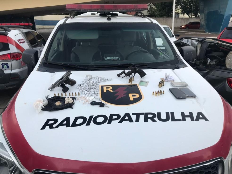 Armas e drogas foram apreendidas com os suspeitos presos em Guaxuma (Foto: Divulgação/BPRP)