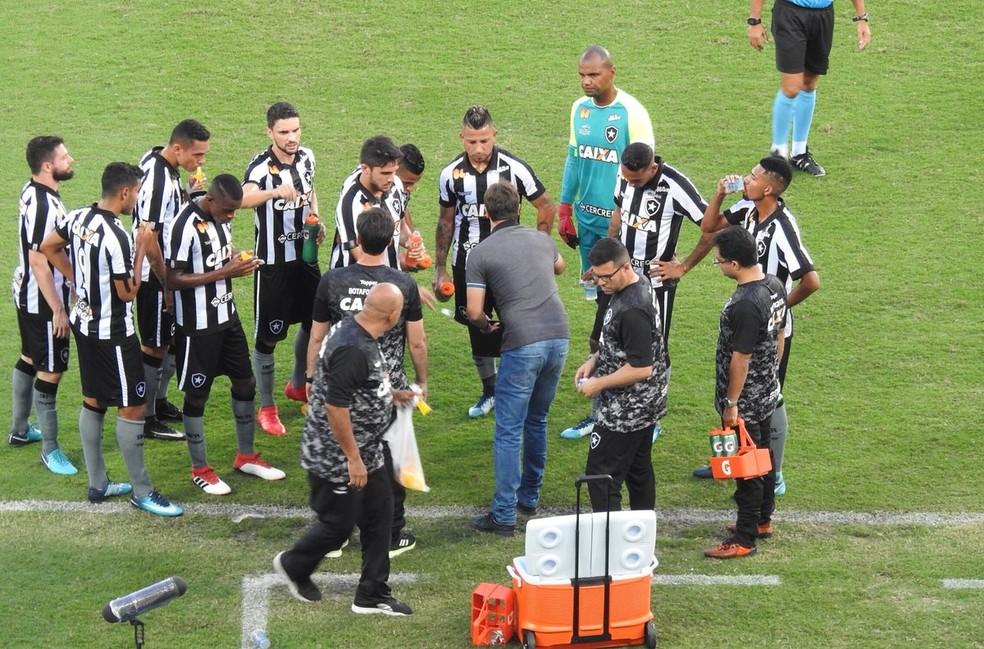 Felipe Conceição é criticado por não ter variação tática durante os jogos (Foto: Fred Gomes)