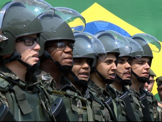 Soldados durante a cerimônia de troca de comando em Campinas (Foto: Reprodução EPTV)