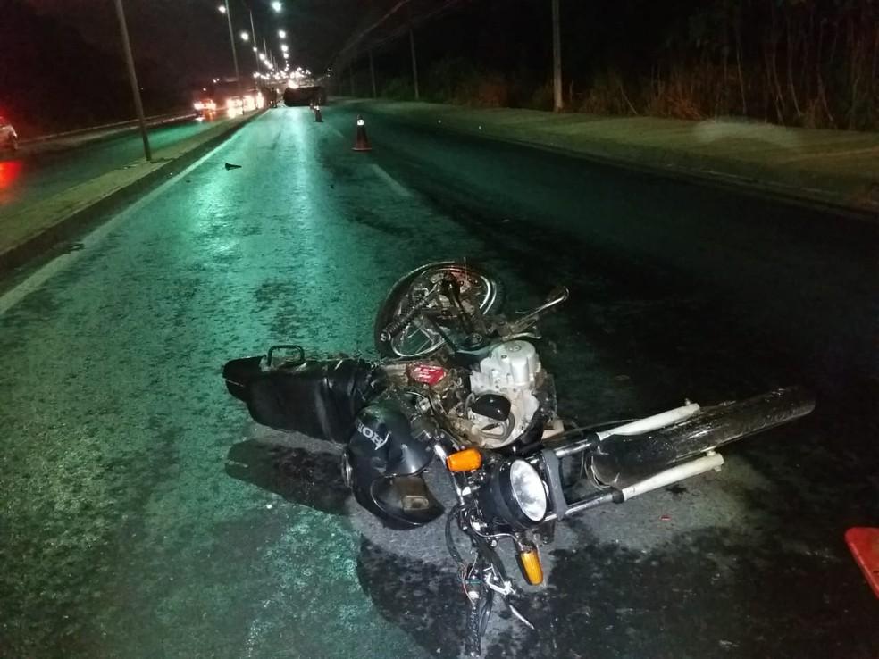 O carro colidiu a moto, modelo Fan, conduzida por Ronaldo Alves de Souza, de 38 anos, que morreu no local (Foto: Deletran)