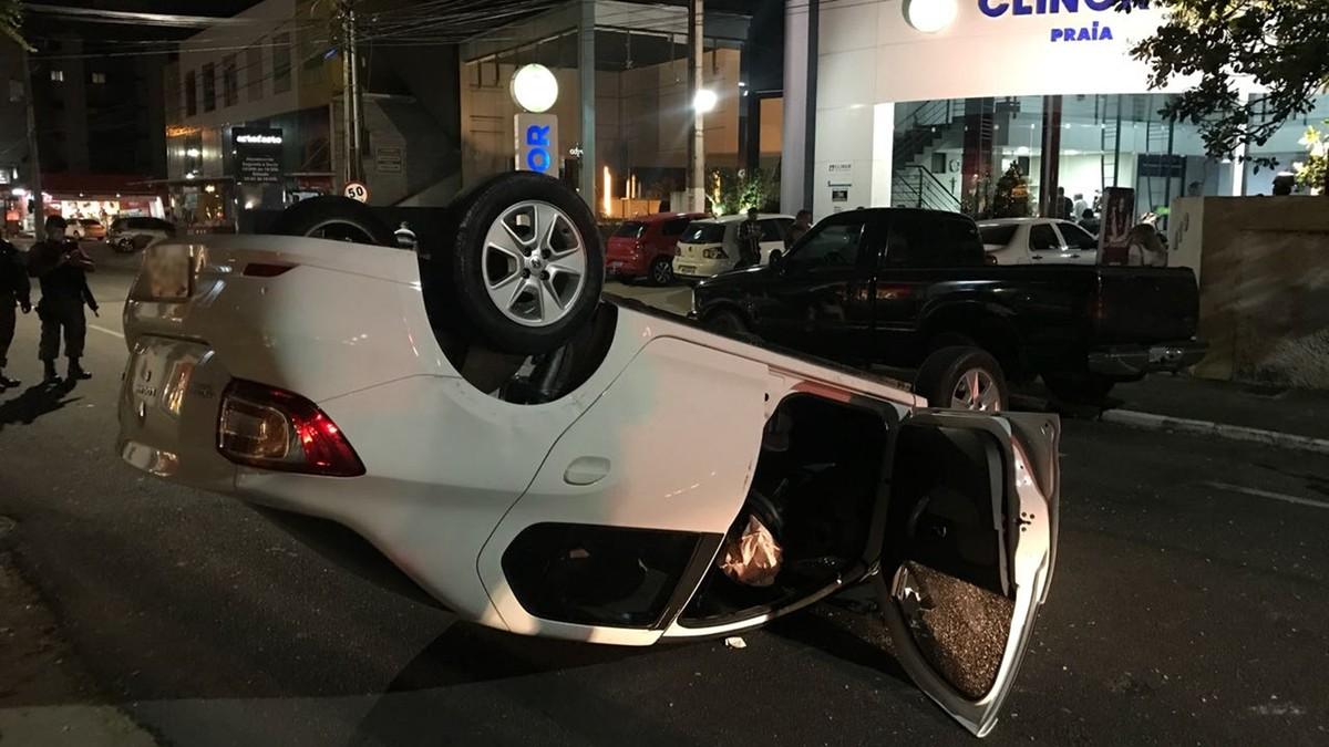 Carro bate em caminhonete estacionada e capota, em João Pessoa