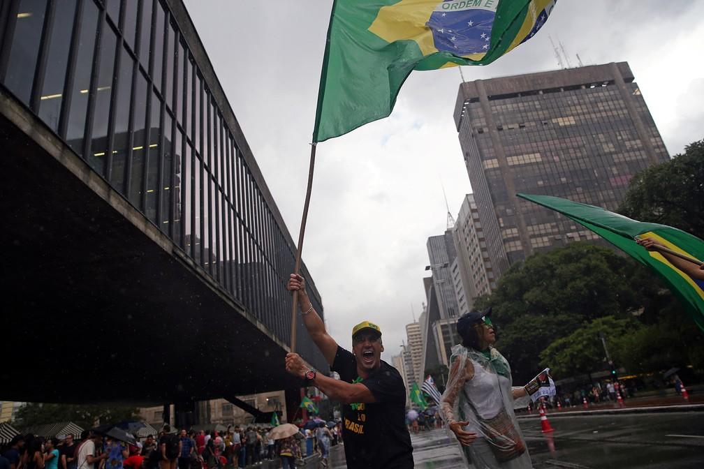 Pessoas protestam contra o STF e a favor da Lava Jato na Avenida Paulista, em São Paulo — Foto: Amanda Perobelli/Reuters