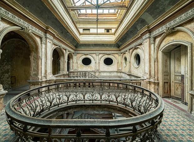 Escadaria de castelo polonês abandonado (Foto: Michael Schaw/ Reprodução)