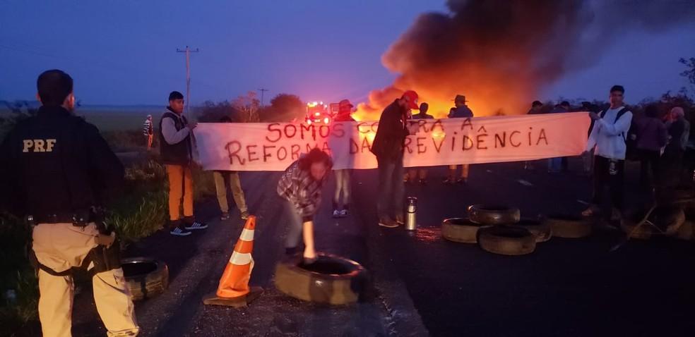 ELDORADO DO SUL, 7h: Pessoas realizaram bloqueio na BR-290. Choque da PRF liberou a via — Foto: Divulgação/PRF