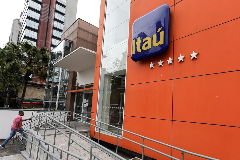 Um homem entra em uma agência do Itau na avenida Berrini, na zona sul de São Paulo; banco foi o que mais lucrou no 3º trimestre (Foto: Marcelo Brandt/G1)
