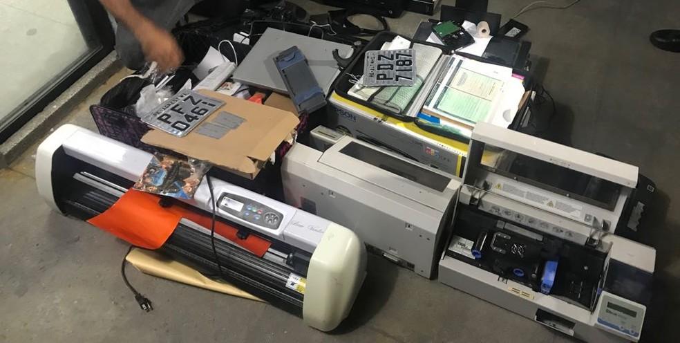 Material apreendido no uso de falsificação de documentos  (Foto: Polícia Militar/Divulgação )