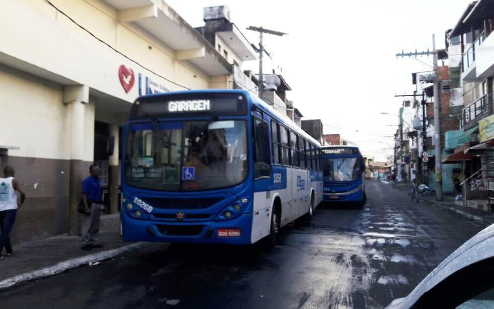 Veículos voltaram a circular no bairro de Santa Cruz nesta quarta-feira (Foto: Vanderson Nascimento/ TV Bahia)