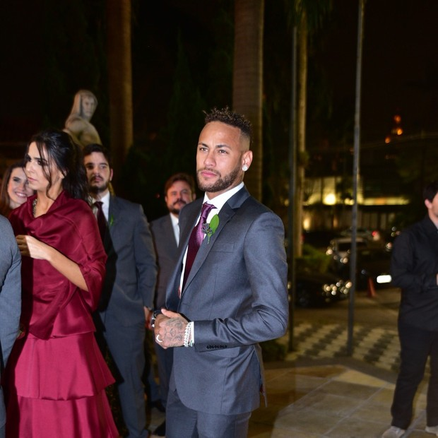 Neymar chega ao casamento para ser padrinho  (Foto: AgNews/Leo Franco)