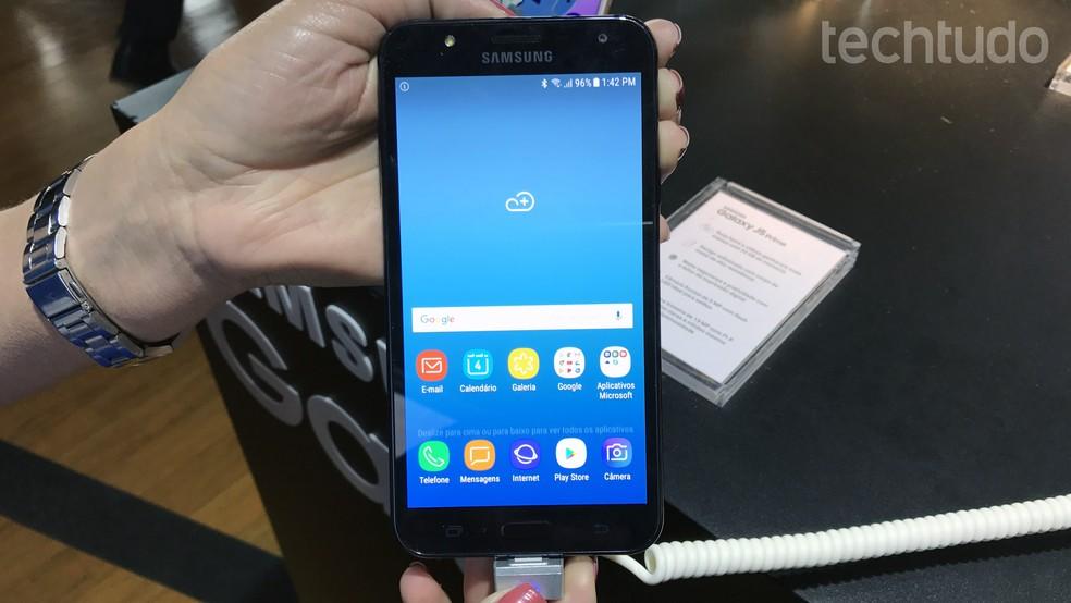 Galaxy J7 Neo destoa das versões Prime e Pro do J7 com especificações mais modestas (Foto: Thássius Veloso/TechTudo)