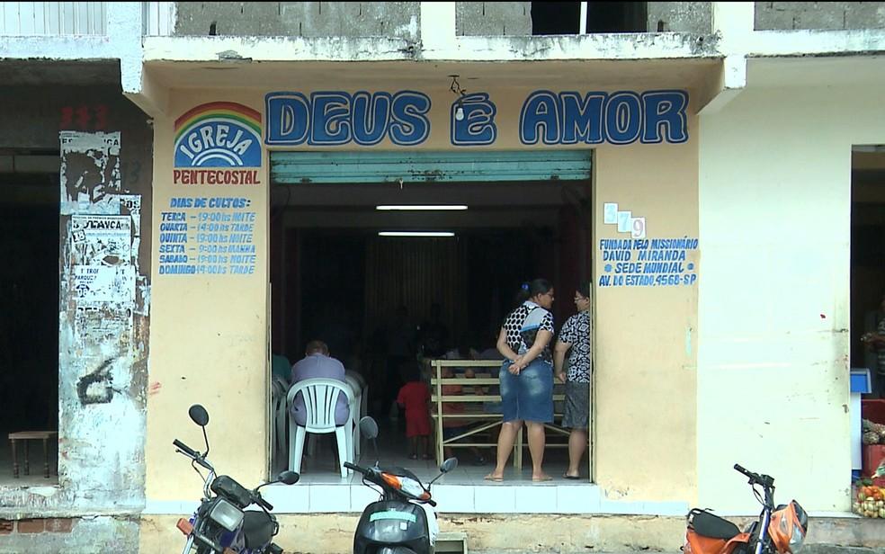 Culta já havia sido encerrado e fiéis estavam na frente da igreja, em Esperança (Foto: Reprodução / TV Paraíba)