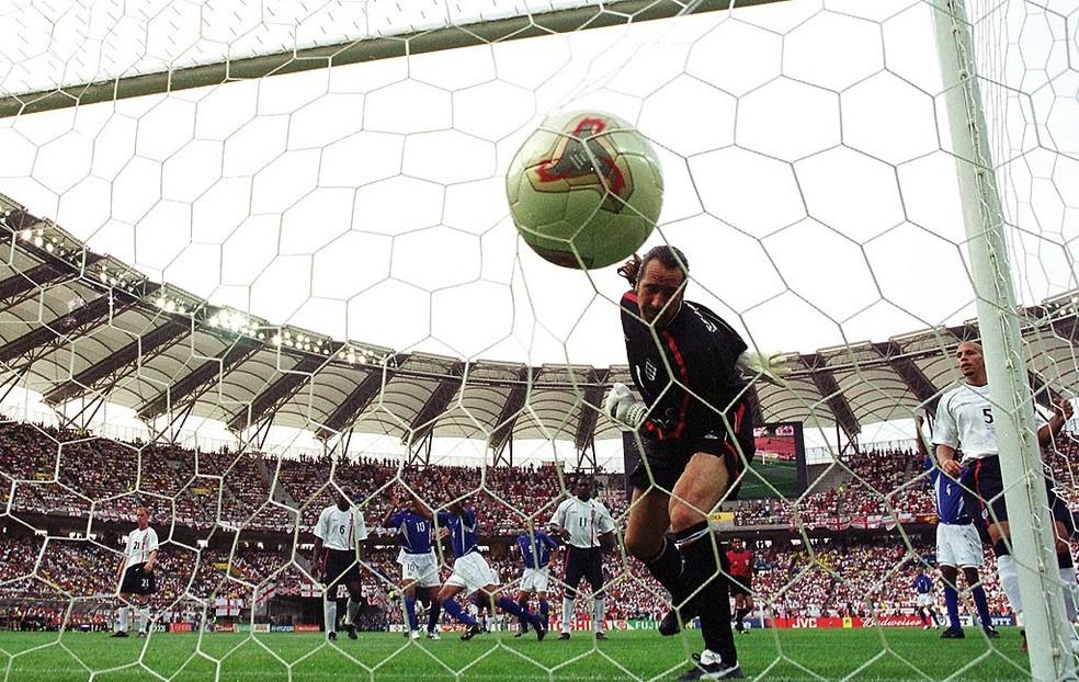 O gol de Ronaldinho na Copa de 2002 (Foto: Getty Images)