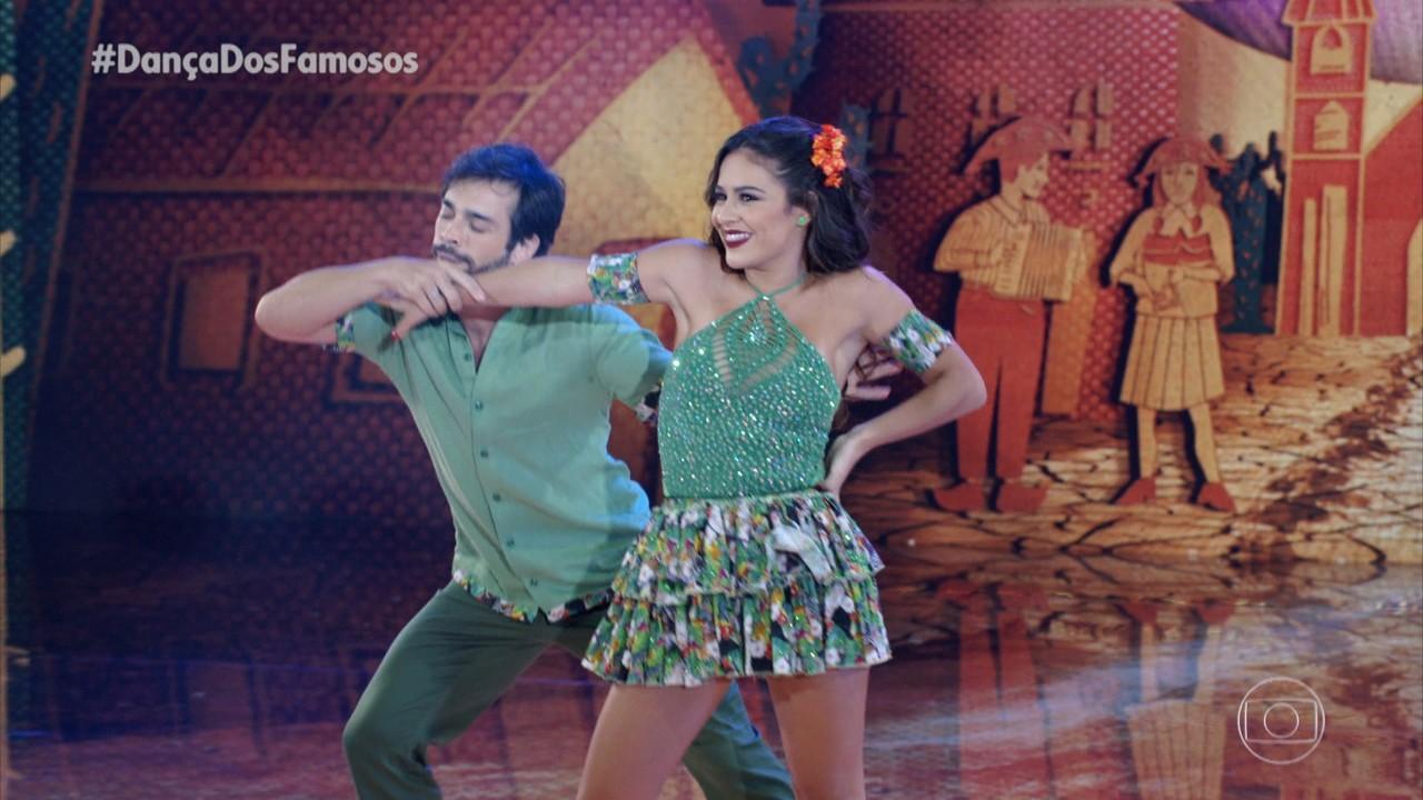 Giullia Buscacio e Danniel Navarro dançam 'Vem Morena'