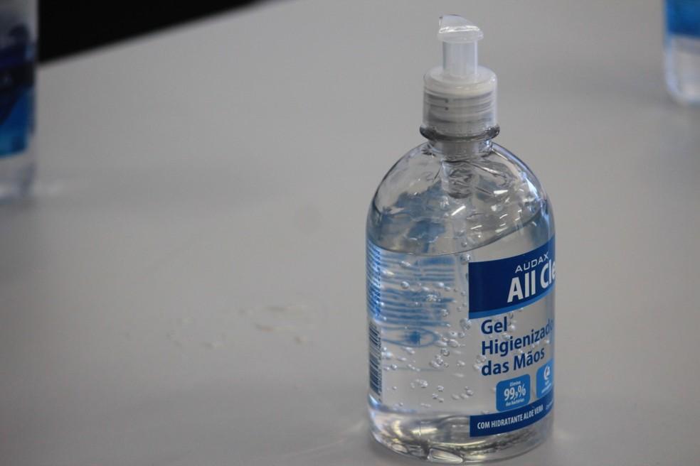 Álcool gel é uma das formas de prevenção do coronavírus — Foto: Jamerson Soares/G1