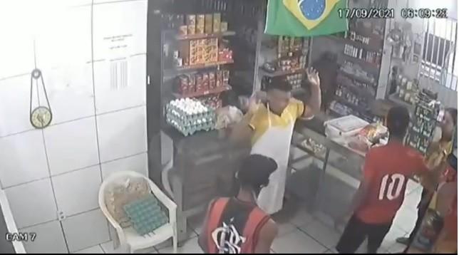 Polícia prende um dos jovens que assaltaram padaria em Maceió, mas ainda procura ladrão que beijou mão de atendente