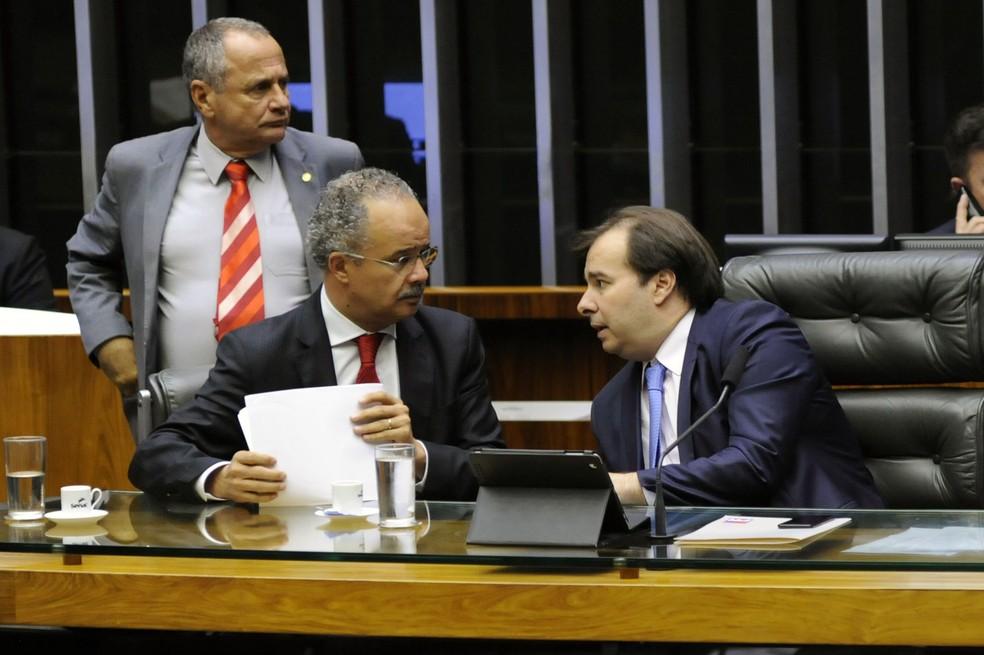 O relator do projeto de reforma política, deputado Vicente Cândido (PT-SP), conversa com o presidente da Câmara, Rodrigo Maia (DEM-RJ), durante sessão em plenário (Foto: Luis Macedo/Câmara dos Deputados)