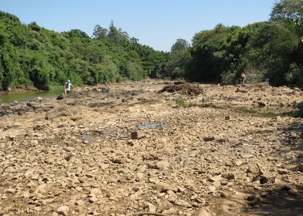 No período da seca, o rio Atibaia ficou irreconhecível  (Foto: Associação de Proteção Ambiental Jaguatibaia)
