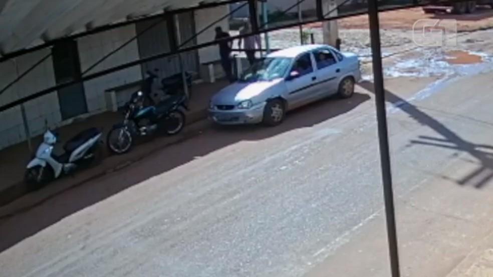 Suspeitos aparecem andando antes de assalto a revendedora de joias em Valença do Piauí — Foto: Reprodução
