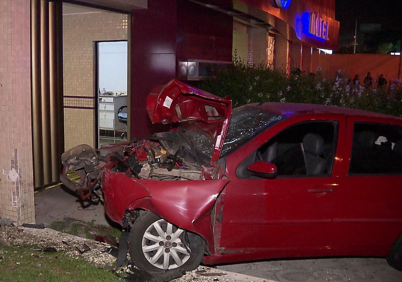 Seis pessoas ficam feridas após motorista confundir pedais do carro e bater em muro de motel, em São José dos Pinhais