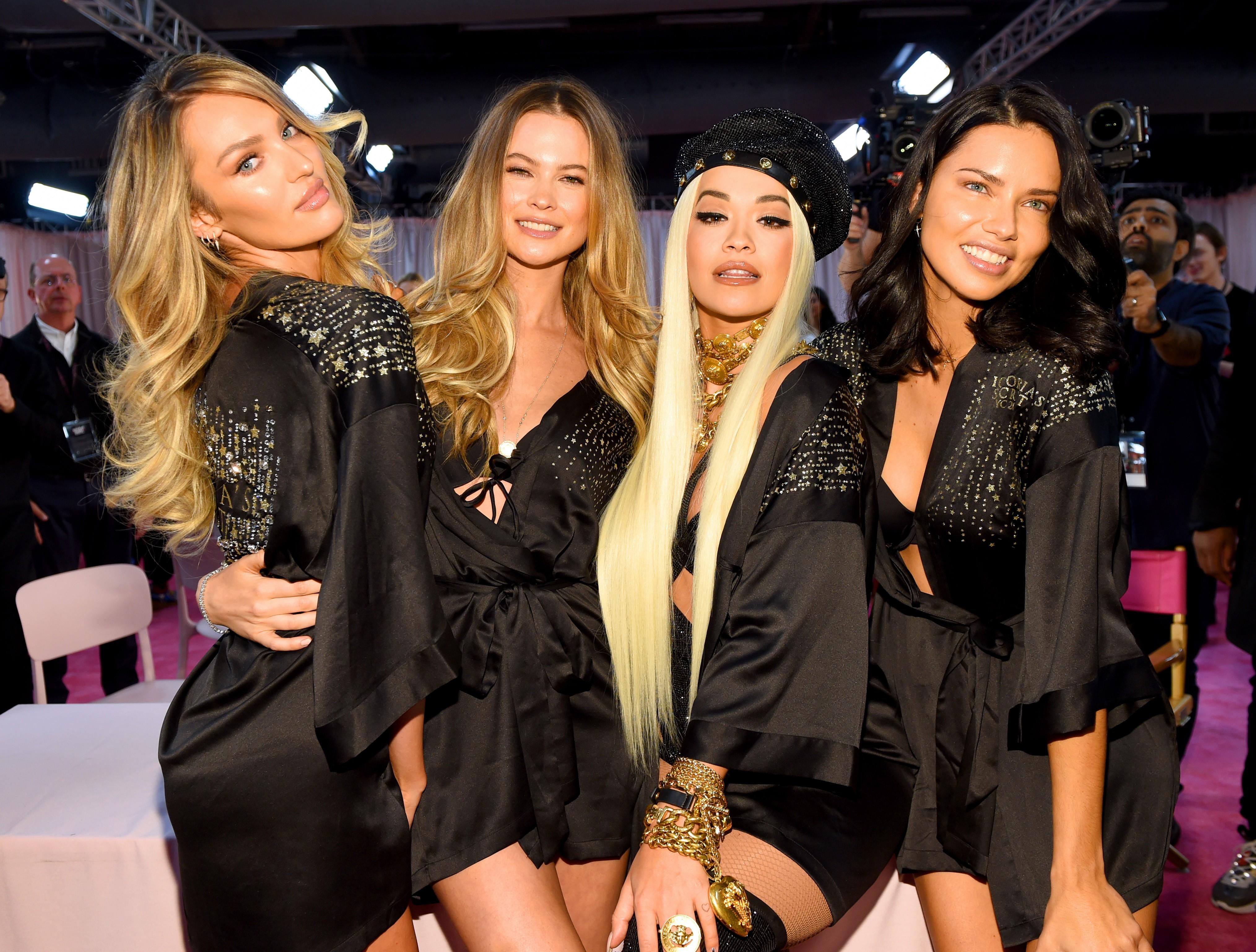 Candice com Behati Prinsloo, Rita Ora e Adriana Lima no backstage (Foto: Getty Images)