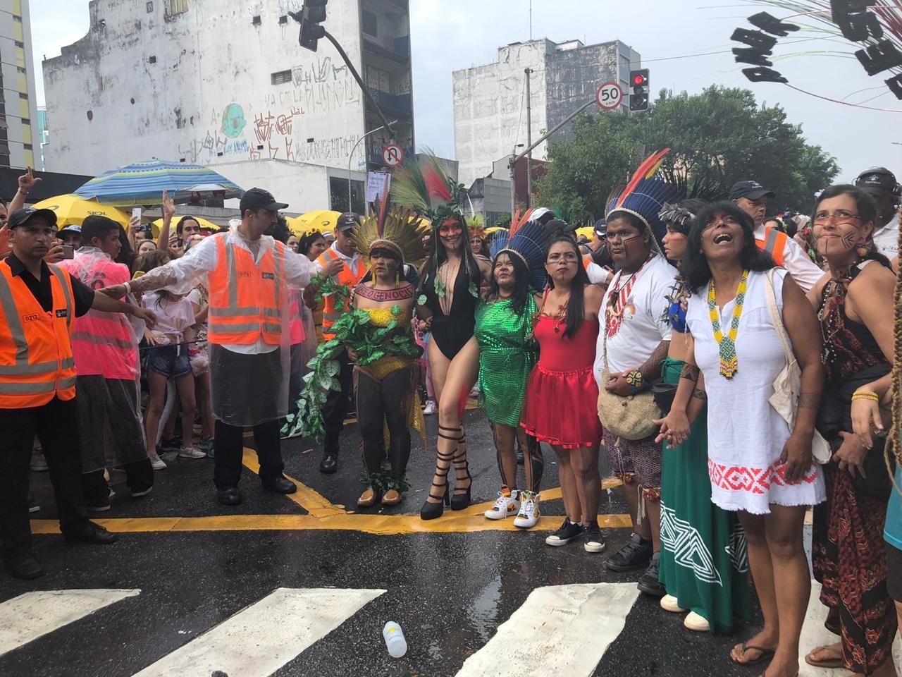 Alessandra Negrini chega a bloco Acadêmicos do Baixo Augusta acompanhada de indígenas em SP