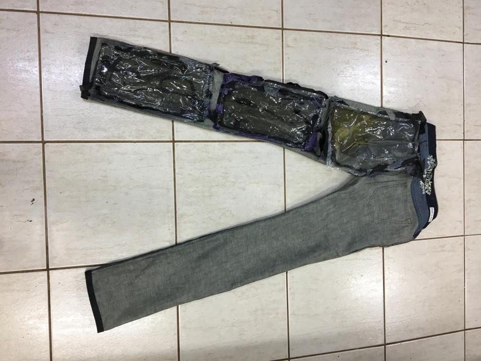 Paraguaio é preso tentando viajar para Lisboa com cocaína escondida no foro de roupas, no Aeroporto de Cascavel  — Foto: Divulgação/Polícia Federal