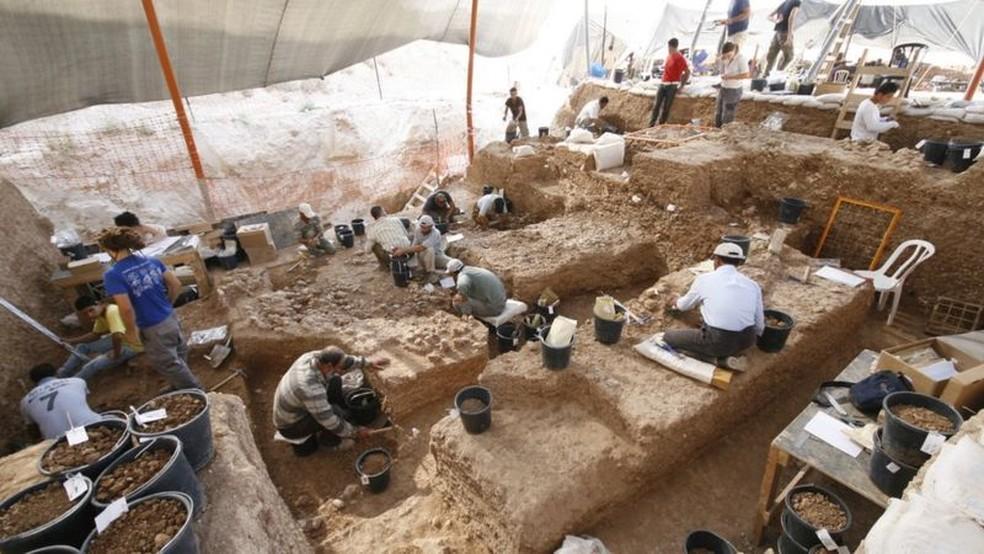 Restos mortais foram descobertos durante escavação de um sumidouro — milhares de ferramentas de pedra e restos de animais também foram encontrados — Foto: YOSSI ZAIDNER