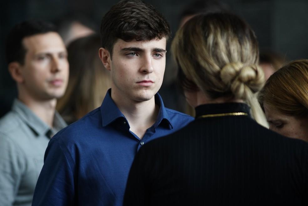 Filho de Gugu, João Augusto Liberato, de 18 anos, no velório do pai na Alesp — Foto: Marcelo Brandt/G1
