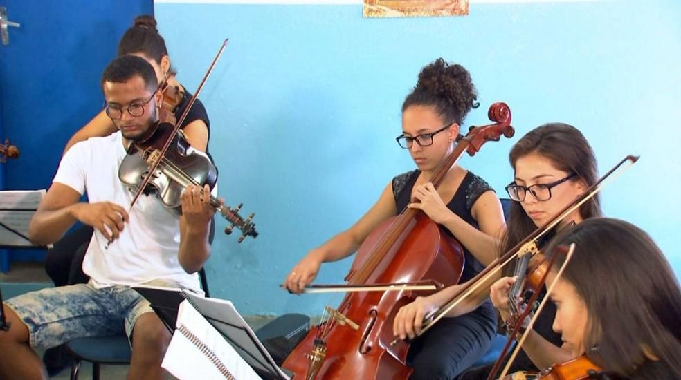 Christian Gabriel descobriu seu talento em projeto de Duartina que ensina música clássica de graça a crianças carentes (Foto: TV TEM/Reprodução)