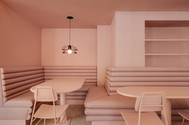 Café em Montreal com cantinhos monocromáticos e décor cheio de estilo (Foto: Divulgação)