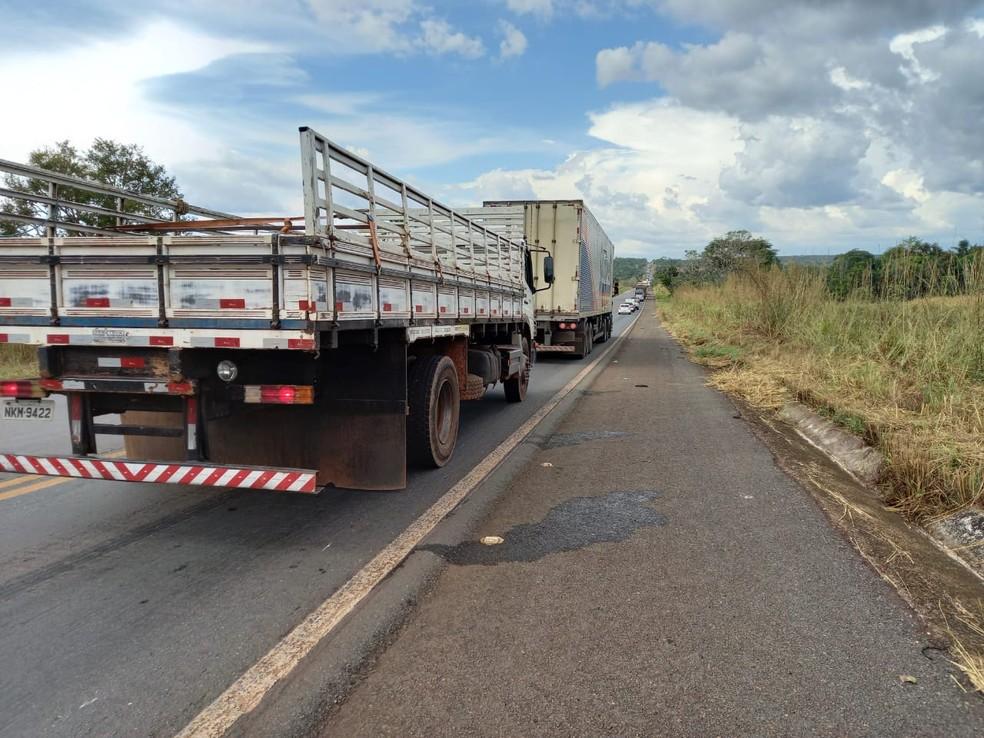 Queda do caminhão fez com que congestionamento se formasse — Foto: Túlio Alves/TV Anhanguera