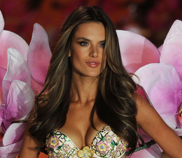 Alessanda exibe as longas madeixas no Victorias's Secret Fashion Show (Foto: Getty Images)