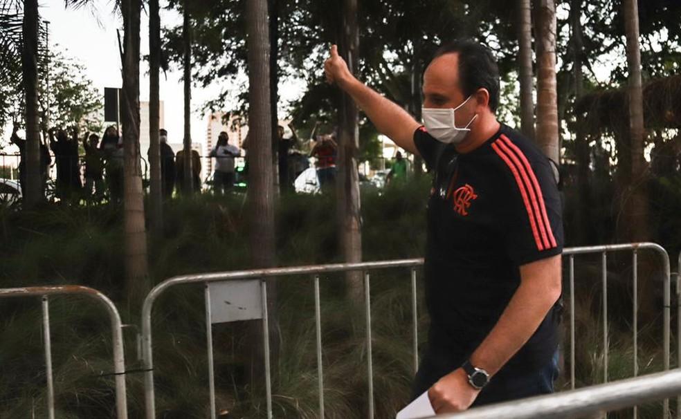 Rogério Ceni acena para torcedores na chegada do hotel em Brasília — Foto: Ricardo Ribeiro