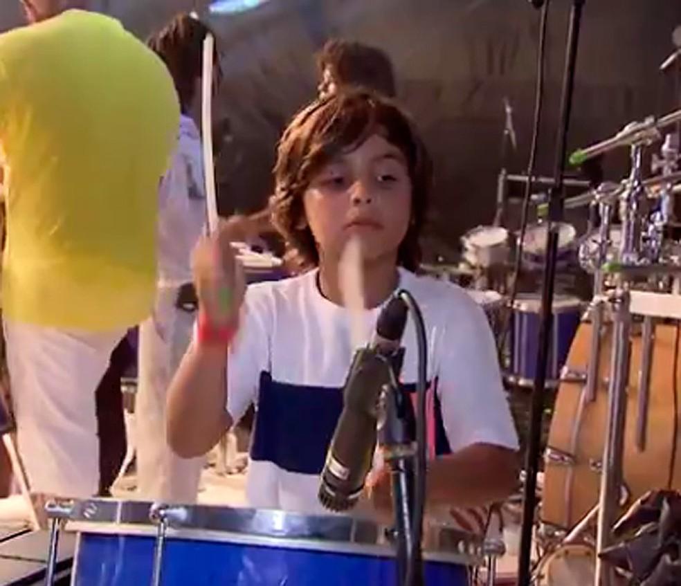 Marcelo Sangalo Cady, filho de Ivete, costuma tocar bateria quando acompanha apresentações da mãe (Foto: Reprodução/ TV Bahia)