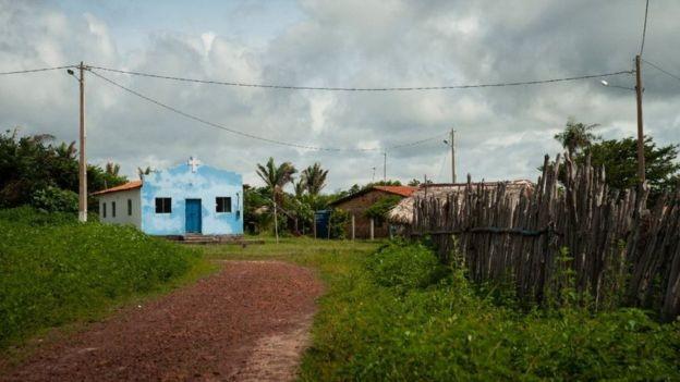 Historiadora que mora na região diz que a população local viu mais impactos negativos do que positivos desde a chegada da base (Foto: Cícero Bezerra / acervo pessoal via BBC)