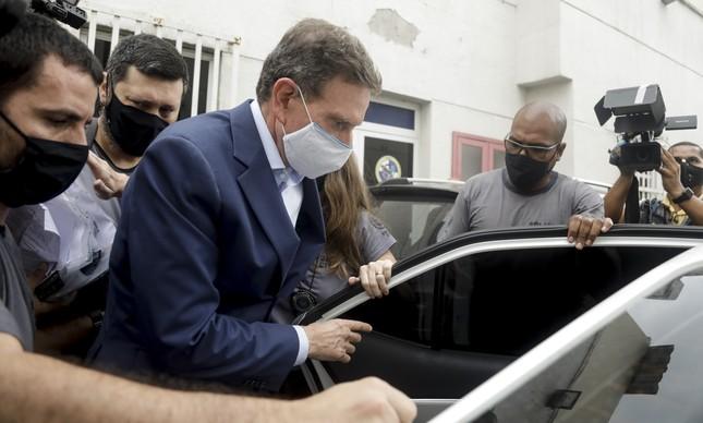O então prefeito afastado do Rio Marcelo Crivella entra em viatura da Polícia Civil, na Zona Norte do Rio, a caminho do IML após sua prisão, em dezembro de 2020