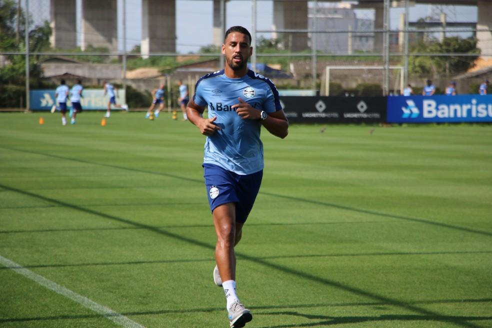 Michel corre em treino do Grêmio — Foto: Eduardo Moura