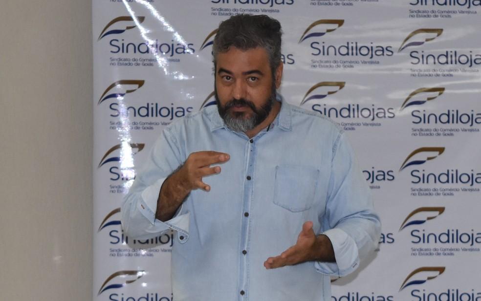 Professor Dalson Borges ensina libras a comerciantes e vendedores (Foto: Paula Resende/ G1)